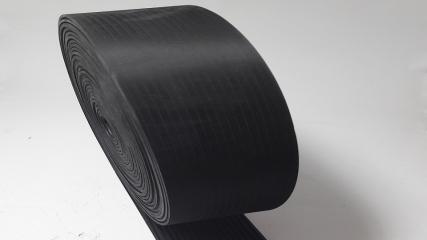 Egyik oldalán sűrűbordás SBR gumiszalag